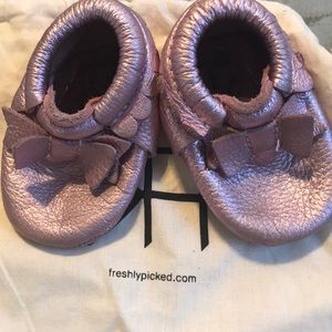 Freshly Picked bow Moccasins Pink sz 2